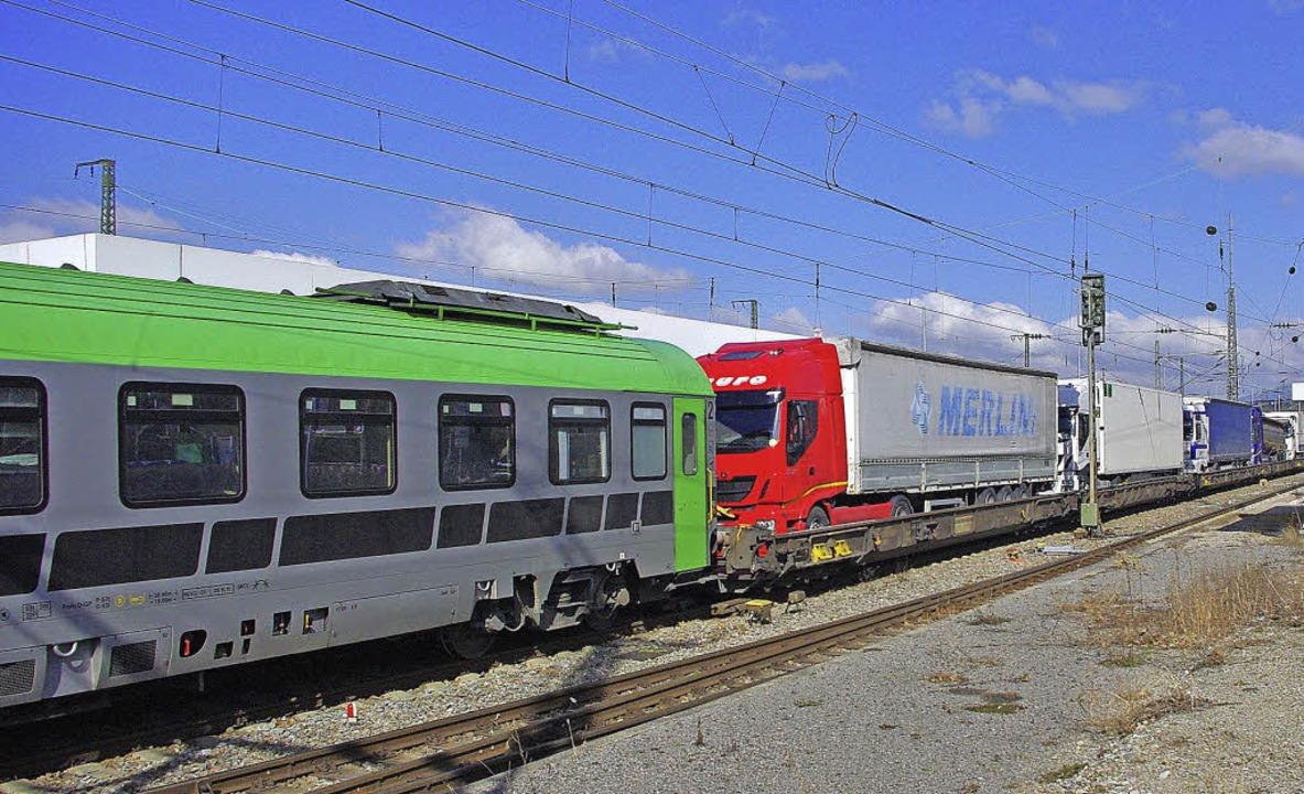 Ein Zug der rollenden Landstraße verlä...ut achtstündige Fahrt Im Begleitwagen.  | Foto: Rolf Reißmann