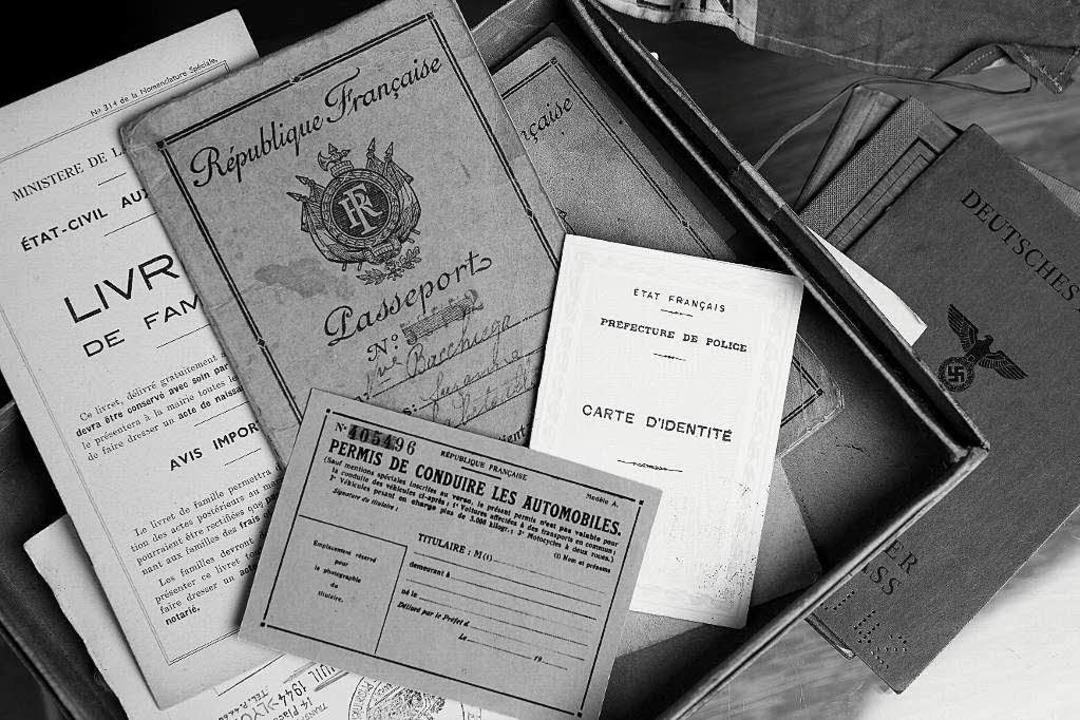 Täuschend echt: Führerscheine, Familienbücher, Pässe aus Kaminskys Werkstatt   | Foto: Raphael Zubler