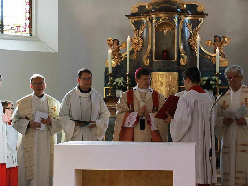 Erzbischof Stephan Burger (Mitte) weih...Bauer und Pfarrer  Franz Josef Ehrath.    Foto: Manuela Schmitt