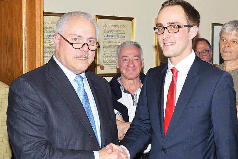 Bürgermeister Gabriel Schweizer (links) gratuliert seinem Nachfolger Benjamin Bohn. (Foto: Gerold Zink)