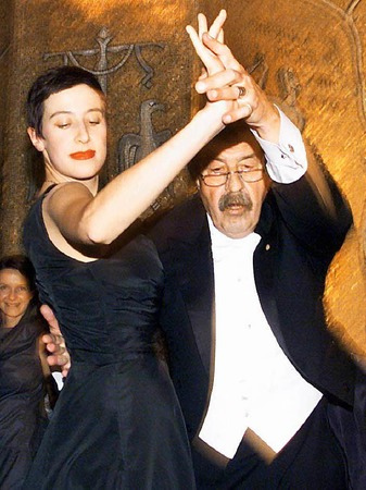 usgelassen tanzt der deutsche Schriftsteller Günter Grass am 10.12.1999 im Ballsaal der Stockholmer Stadthalle mit seiner Tochter Helene. Zuvor war der 72-Jährige mit dem Nobelpreis für Literatur ausgezeichnet worden.