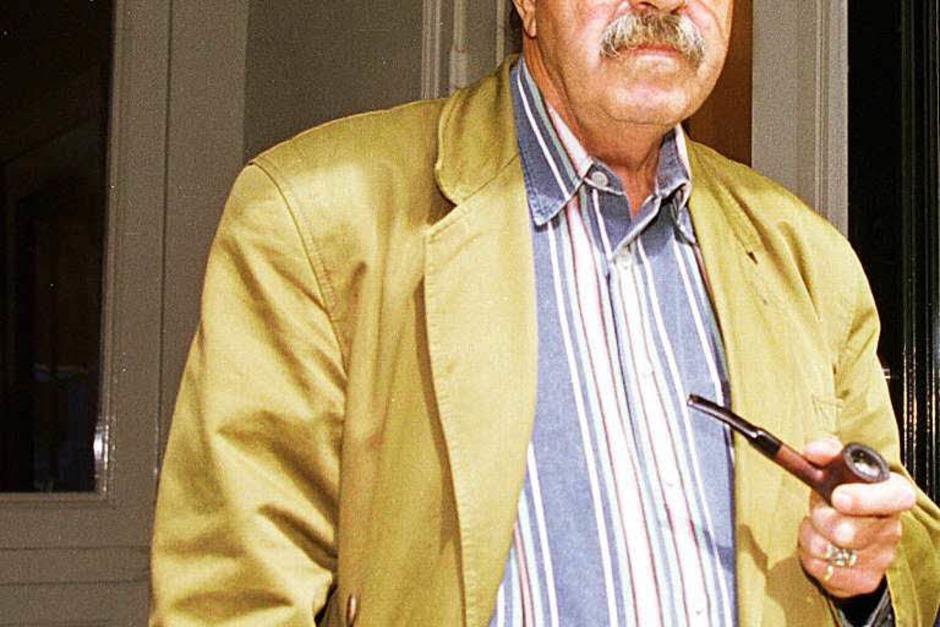 Der deutsche Schriftsteller Günter Grass steht am 25.06.1997 in der Tür seines Lübecker Hauses, das Unbekannte in der Nacht mit Hakenkreuzen beschmiert hatten. (Foto: dpa)
