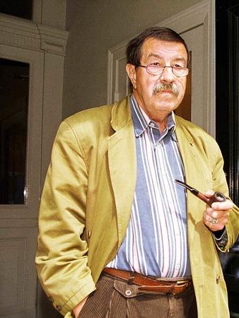 Der deutsche Schriftsteller Günter Grass steht am 25.06.1997 in der Tür seines Lübecker Hauses, das Unbekannte in der Nacht mit Hakenkreuzen beschmiert hatten.