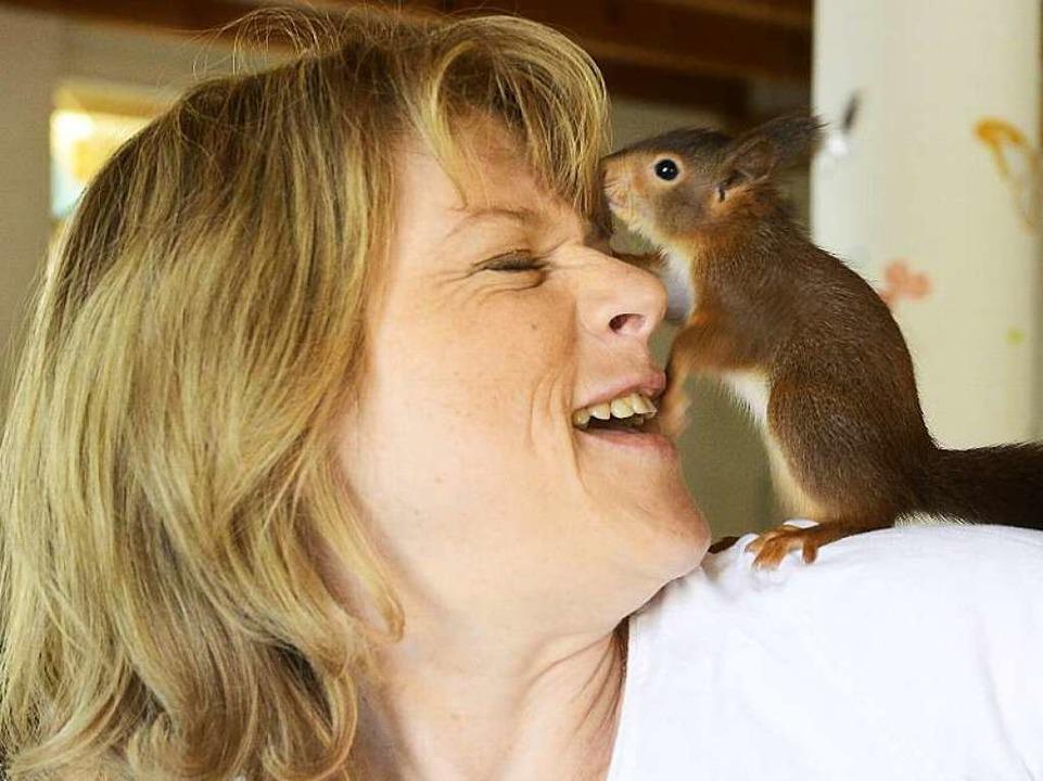Stefanie Buchholz päppelt  verletzte  Eichhörnchenbabys in Kappel auf.  | Foto: Ingo Schneider