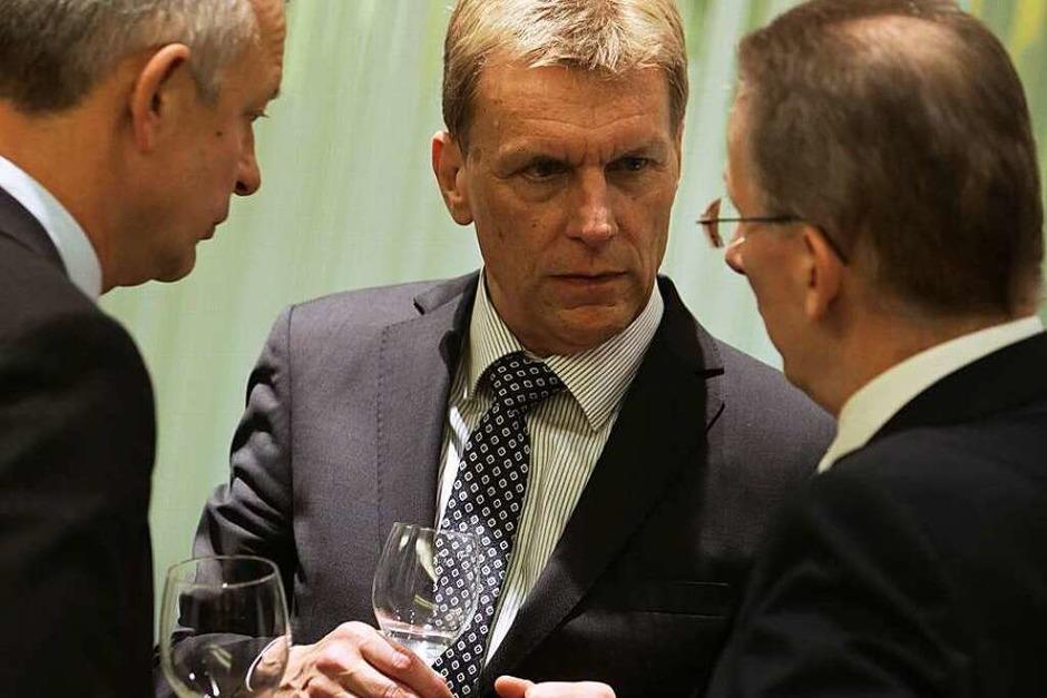 WVIB-Hauptgeschäftsführer Christoph Münzer (links), Gastgeber Marcel Thimm (Chef der Sparkasse Freiburg Nördlicher-Breisgau) (Mitte) und der Geschäftsführer des Badischen Verlages Hans-Otto Holz im Gespräch (Foto: Breithaupt)