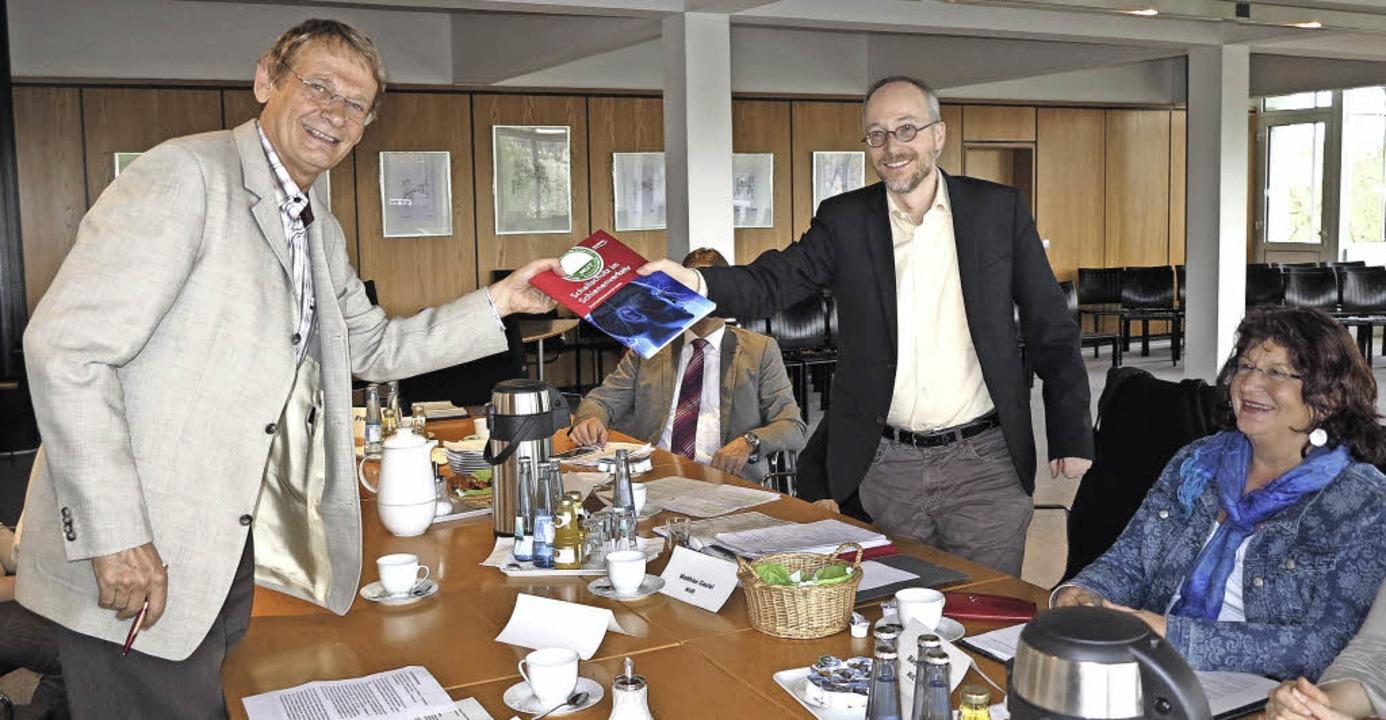Gerhard Kaiser (links) überreicht Matt...die Landtagsabgeordnete Bärbl Mielich.  | Foto: Dorothee Philipp