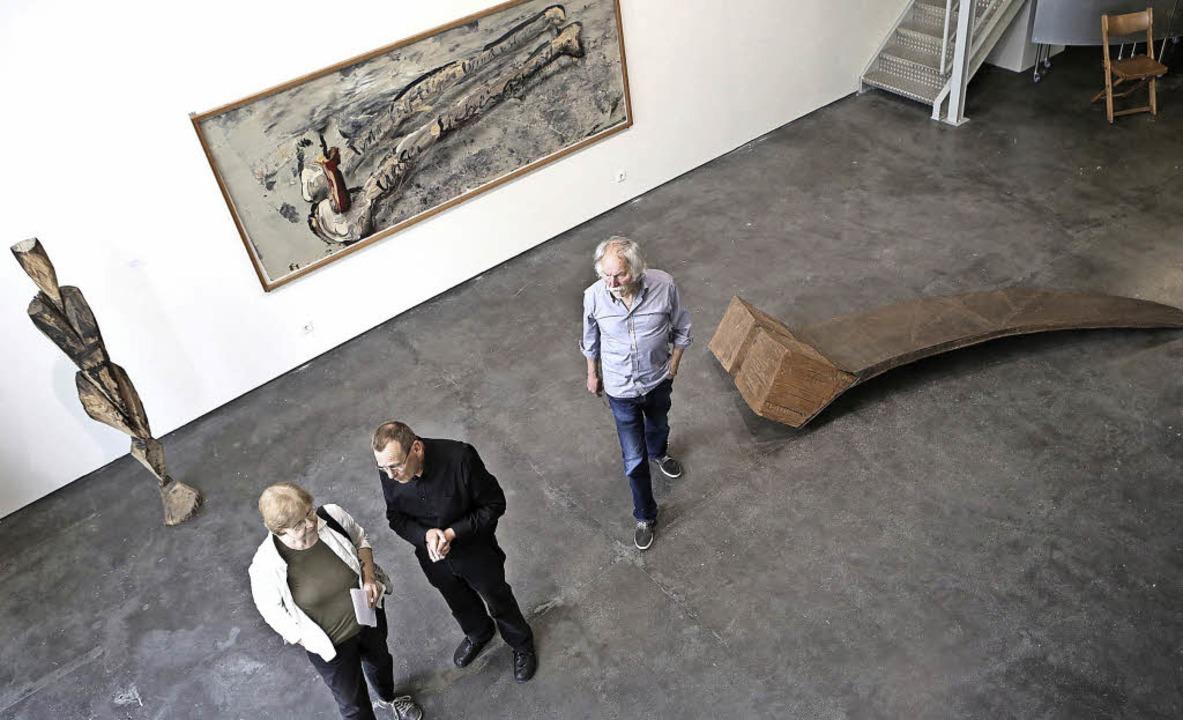 Der Kurator Rainer Nepita im Gespräch ...nfred Rennertz (geflammte Holz-Figur)     Foto: Breithaupt