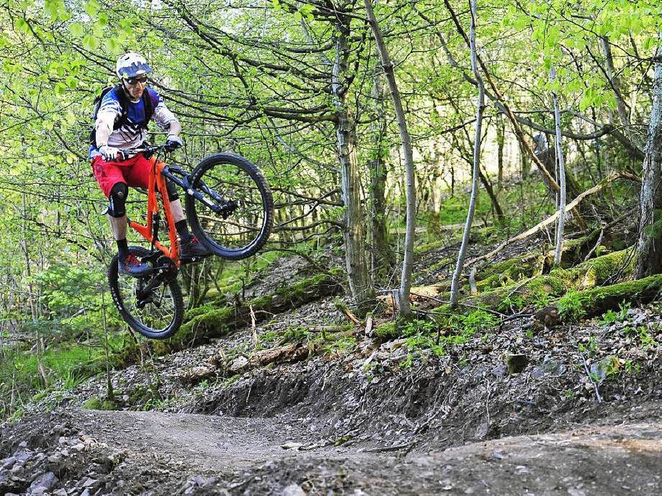 Ein erfahrener Mountainbiker hebt ab &...em Trail mehrere Sprung-Gelegenheiten.  | Foto: Thomas kunz