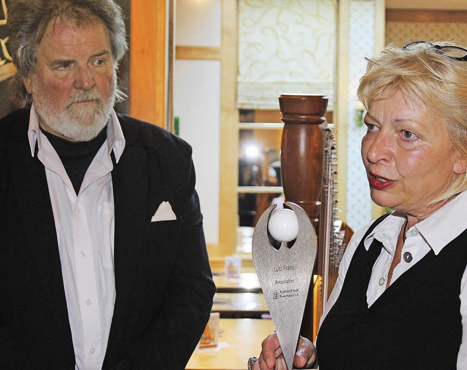 Lutz Franz bekam von Sabine Kraft die ... Zwiegespräch mit der Engel-Skulptur.   | Foto: Cornelia Liebwein