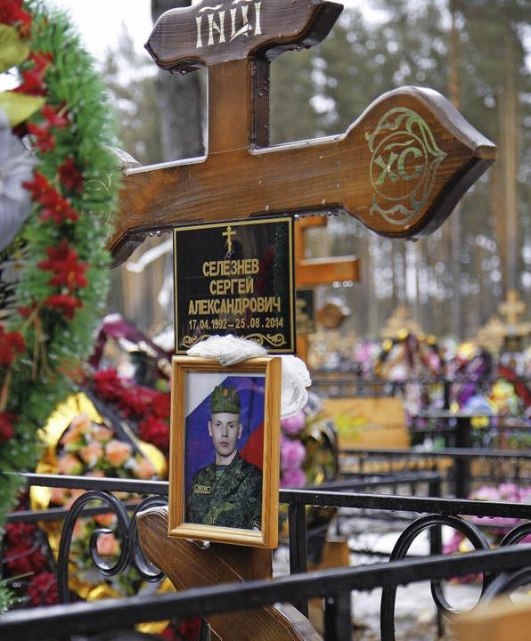 Geblieben ist ein Kreuz: Roman Selesjnow, gefallen in der Ukraine.  | Foto: Gathmann