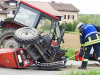 Traktor und Auto sto�en zusammen