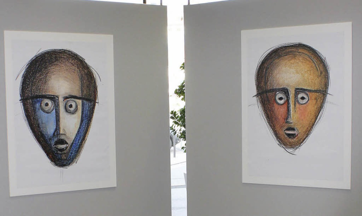 Grafs Masken begegnen den Menschen in der Sparkasse.  | Foto: Sarah Beha