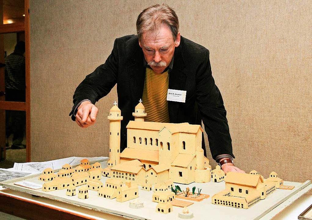 Bert Geurten, der Vereinsvorsitzende, ...Modell der karolingischen Klosterstadt  | Foto: dpa