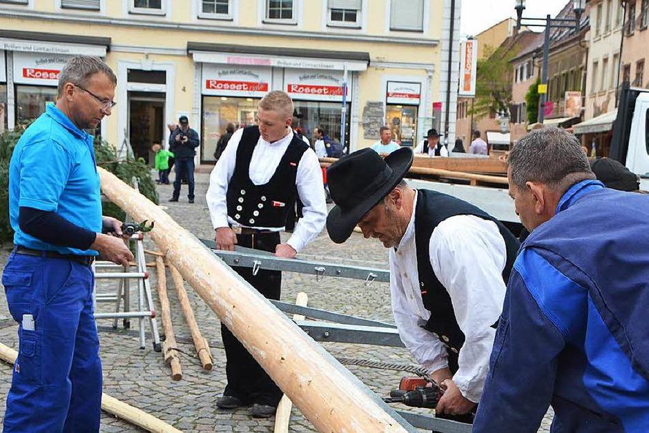 """Vorbereitungen: Hier werden die Löcher für das Aufhängen des  """"Baumschmucks"""" gebohrt; wenn der Baum steht, wird ein Metallgestell mit den Innungssysmbolen montiert. (Foto: Sylvia-Karina  Jahn)"""