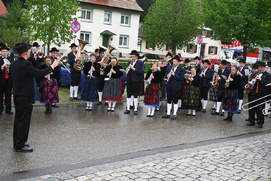 Alle drei Trachtenkapellen der Ortsteile, aus Siegelau, Bleibach und Gutach (Gütermann) stimmten gemeinsam unter der Leitung von Frank Kiener das Badner Lied an. (Foto: Karin Heiß)