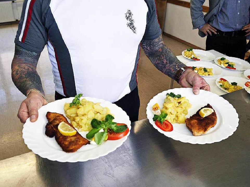 In der JVA-Küche – das Bild ents...eaterprojekts im Freiburger Gefängnis.    Foto: kunz