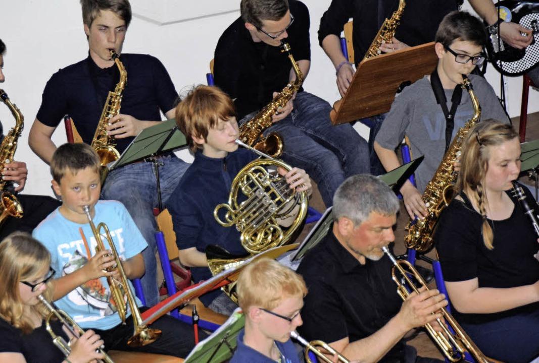 Sie swingen ganz schön: Die Schüler-Big-Band des Gymnasiums.  | Foto: Sarah Nöltner
