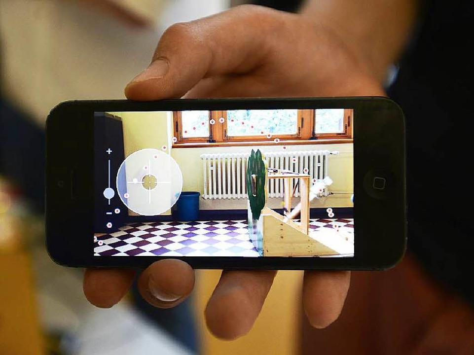 Das Experiment Schokokussschleuder, präsentiert auf dem Smartphone    Foto: Ingo Schneider