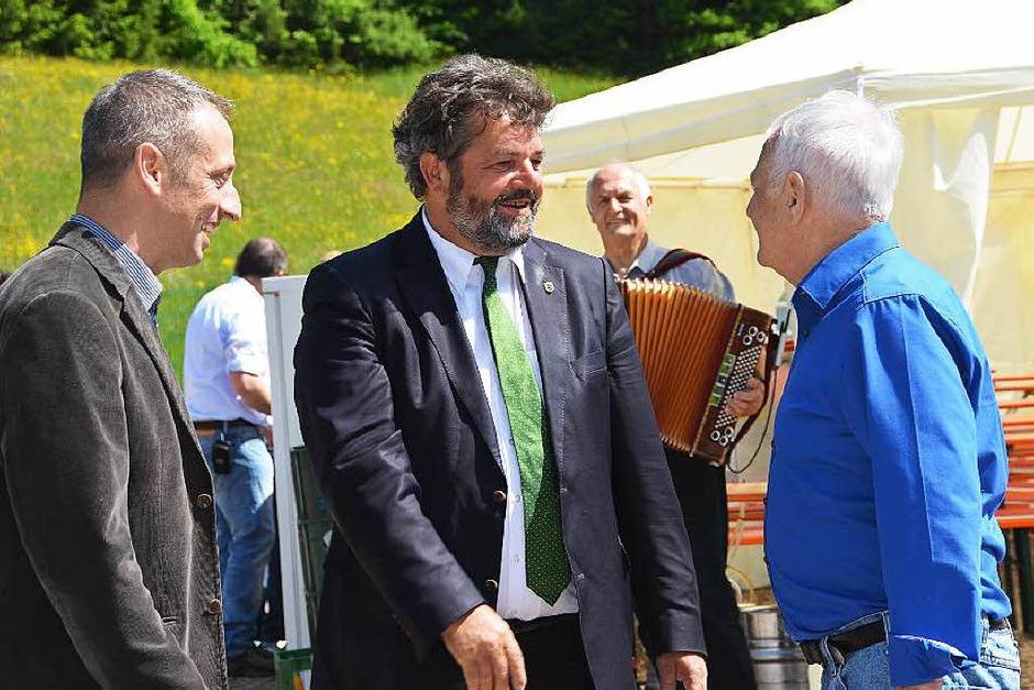 Die Wasserkraftwerksbetreiber Bernhard Ernst (links) und Gebhard Ernst (rechts) freuen sich, dass der Landtagsabgeordnete Reinhold Pix zur Eröffnungsfeier gekommen ist. (Foto: Juliane Kühnemund)
