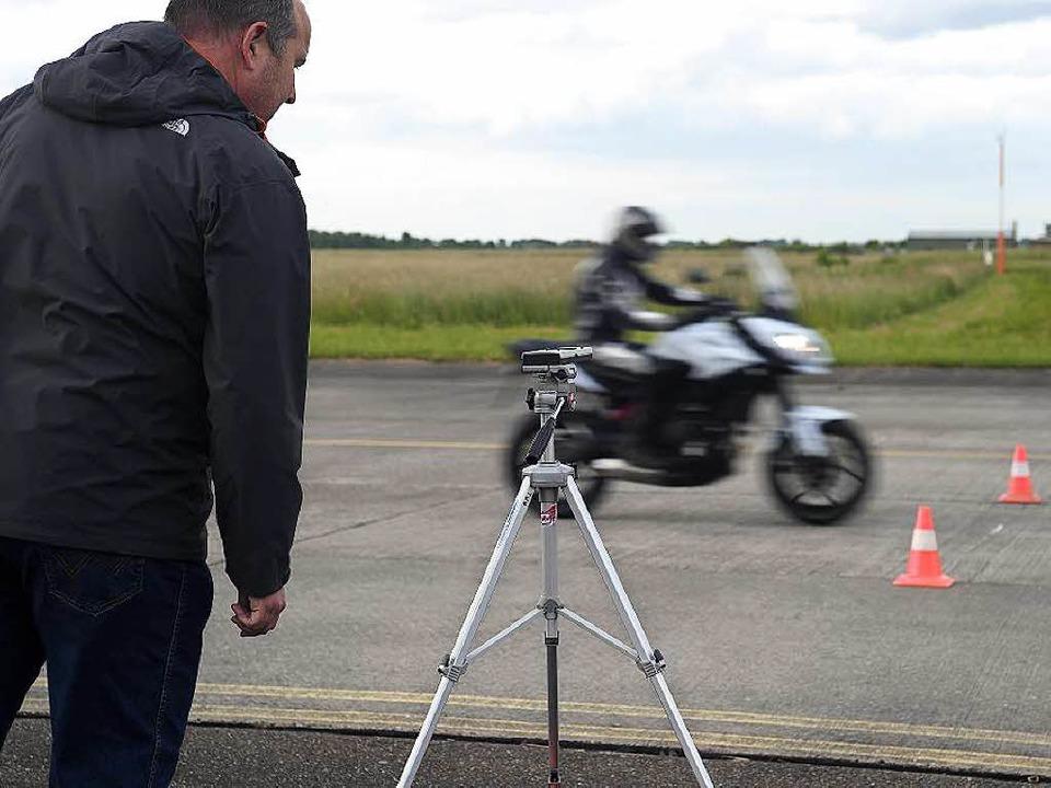Wie laut darf ein Motorrad sein? Der T... um lärmgeplagte Anlieger zu schützen.  | Foto: BETTINA SCHALLER