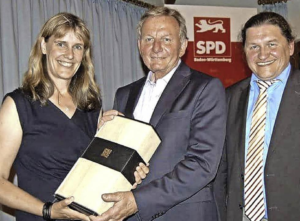 Ein Weinpräsent gab es für Claus Schmi...  Birte Könnecke und  Oswald Prucker.     Foto: Julius Steckmeister
