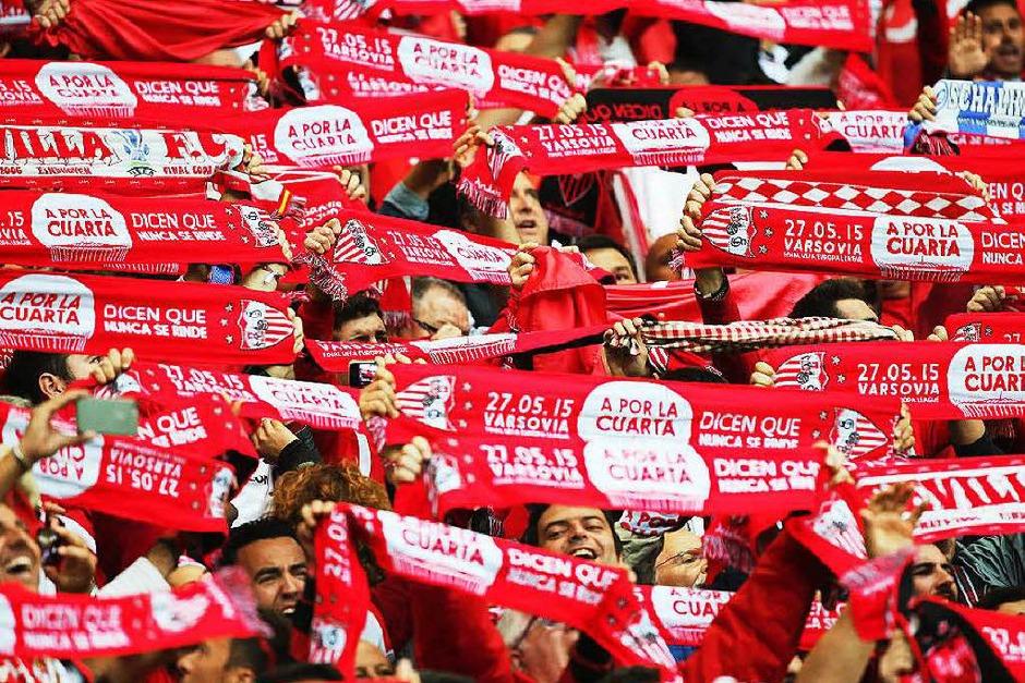 Der Kick im Warschauer Nationalstadion elektrisierte nicht nur die Zuschauer auf den Rängen, sondern auch die beim Public Viewing. Nach dem Sieg der Spanier feierten Fans und Sportler ausgelassen. (Foto: dpa)