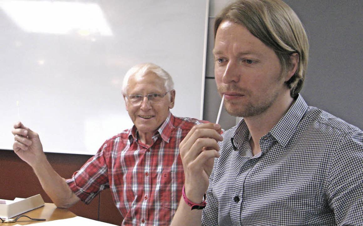 Paul Griesenauer (links) ist ehrenamtl...ttestäbchen in den Mund, schon fertig!  | Foto: Ulrike Spiegelhalter