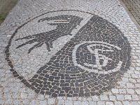 Familie schm�ckt Einfahrt mit SC-Freiburg-Wappen