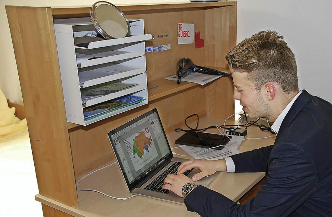 Julian Remy an seinem Schreibtisch  | Foto: Katharina Brenner