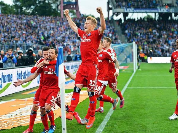 Der Hamburger SV wendet gegen den Karlsruher SC den Abstieg in die 2. Liga ab.
