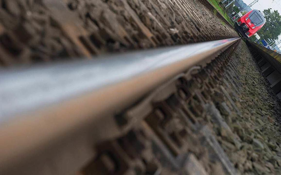 Raue Schienen nerven die Anwohner der Rheintalbahn durch größeren Lärm.   | Foto: dpa