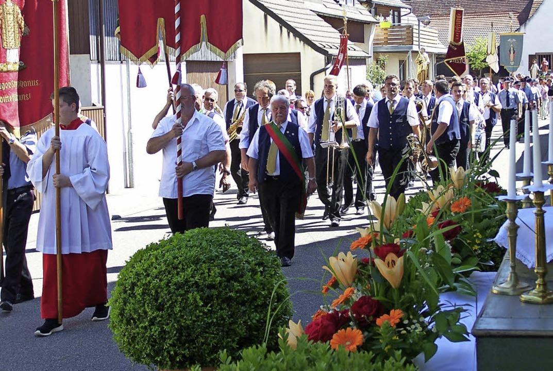 Begleitet vom Musikverein zogen die Gl...schmückten Straßen von Oberrimsingen.     Foto: Schmitt