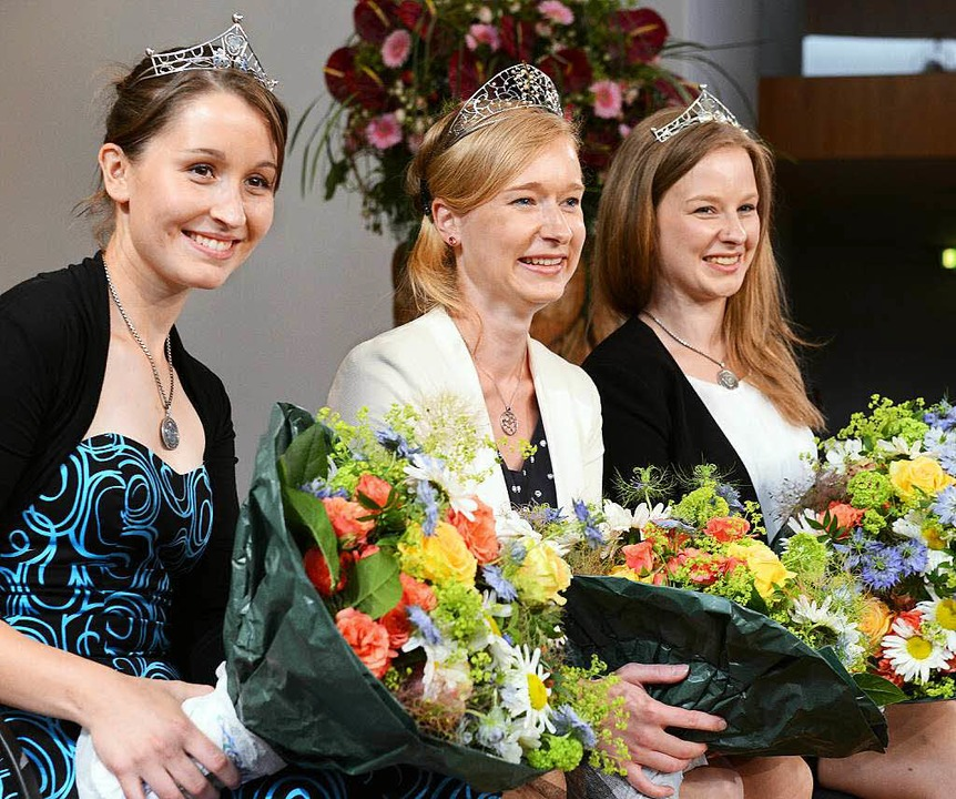 Weinprinzessin Annette Herbstritt (lin...uen  Weinkönigin Isabella Vetter (22).  | Foto: dpa