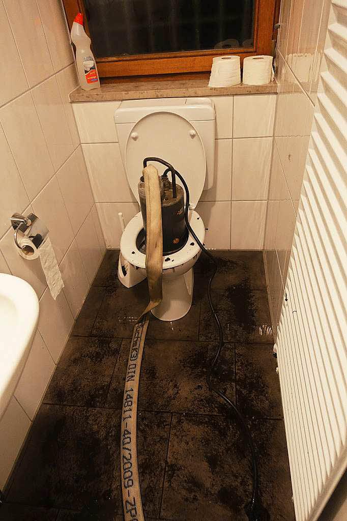 unwetter setzt stra en und keller unter wasser bonndorf. Black Bedroom Furniture Sets. Home Design Ideas