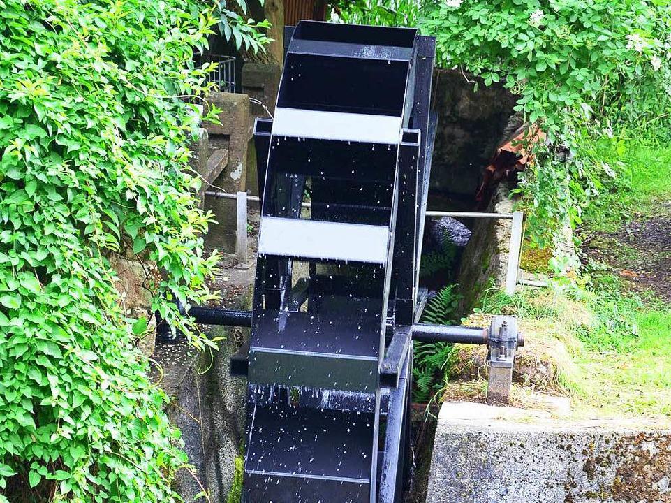 Das Wasser treibt nun ein Mühlrad aus Metall an.    Foto: Martina Proprenter