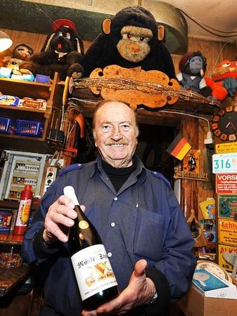 Rudi Kuhni mit der eigens kreierten Weinflasche zum 40-jährigen Jubiläum der Möslestube vor fünf Jahren
