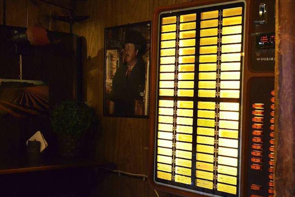 """Die Jukebox – nebendran ein Foto von Rudi mit Cowboyhut: """"Die Leute haben immer gesagt, ich seh' aus wie John Wayne."""" (Foto: Fabian Jatzlau)"""