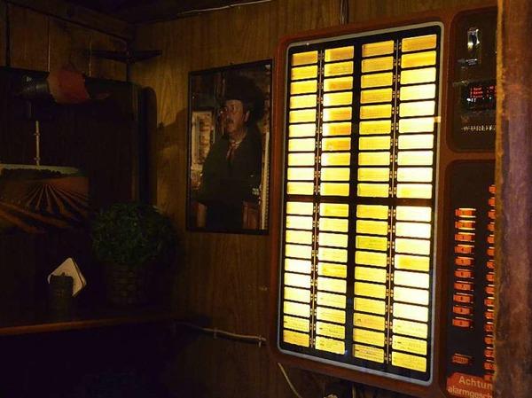 """Die Jukebox - nebendran ein Foto von Rudi mit Cowboyhut: """"Die Leute haben immer gesagt, ich seh' aus wie John Wayne."""""""