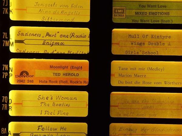 Bei Rudi Kuhni in der urigen Möslestube an der Schwarzwaldstraße gibt es viel zu entdecken: Plüschtiere, Wappen, einen Kommandobalken, Hunderte Schnapsfläschchen und schräge Sprüche.