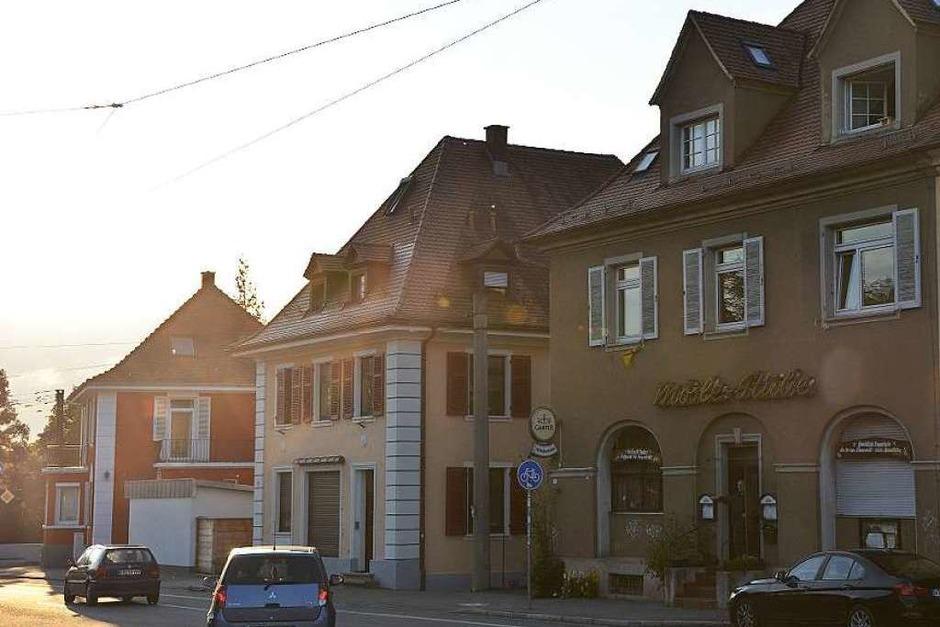 Bei Rudi Kuhni in der urigen Möslestube an der Schwarzwaldstraße gibt es viel zu entdecken: Plüschtiere, Wappen, einen Kommandobalken, Hunderte Schnapsfläschchen und schräge Sprüche. (Foto: Fabian Jatzlau)