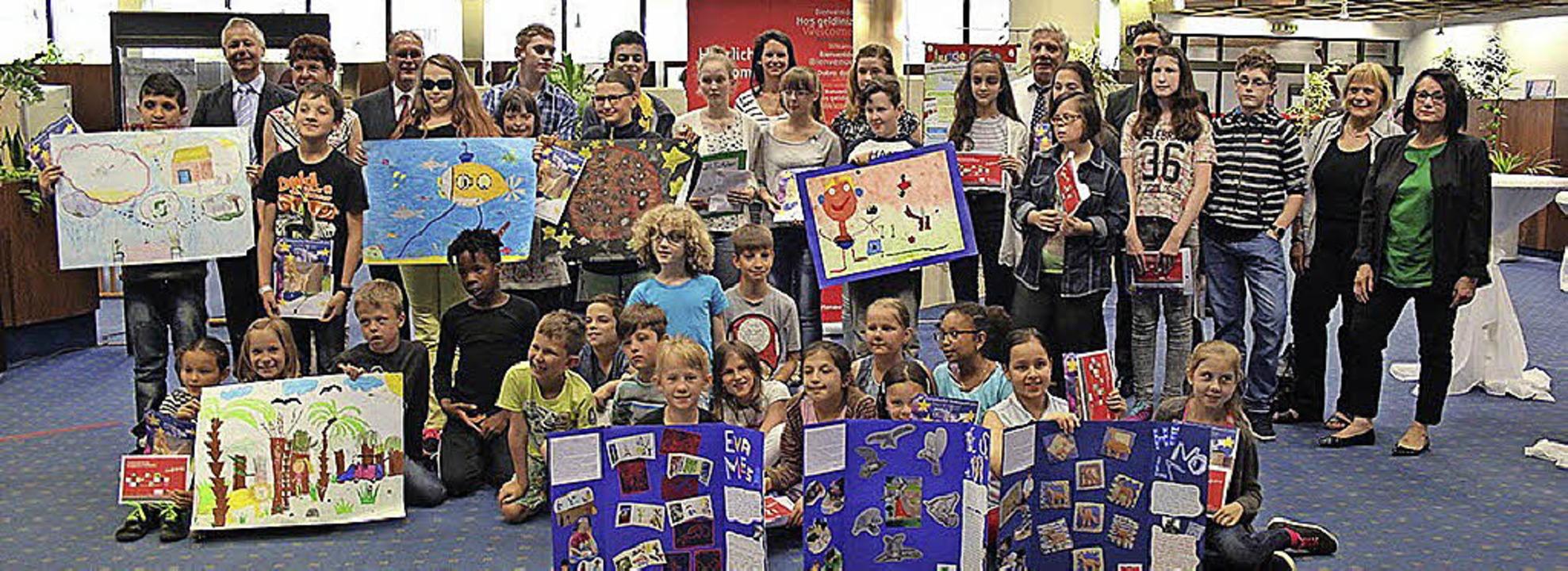 Ausgezeichnet: 63 Schülerinnen und Sch... wurden für ihre Werke ausgezeichnet.   | Foto: Sparkasse