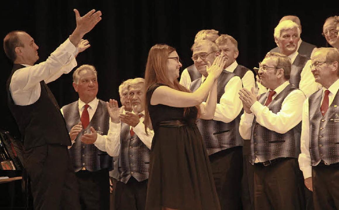 Die beiden Dirigenten Michael Weh und ... des Publikums an ihre Sänger weiter.   | Foto: Frowalt Janzer
