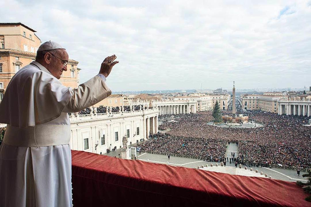 Franziskus auf dem Balkon des Petersdoms in Rom     Foto: AFP
