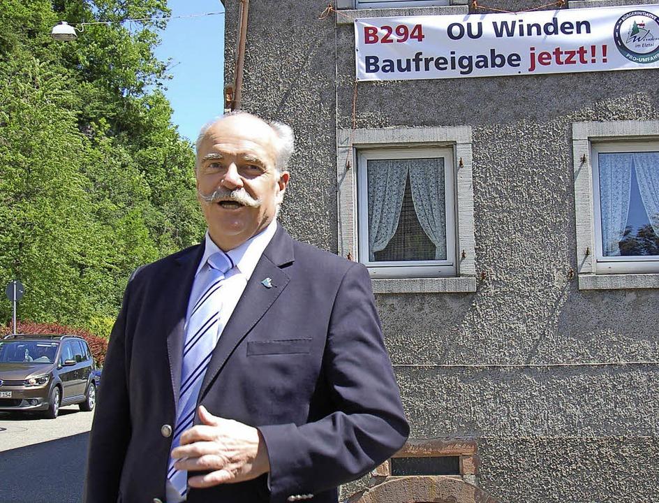Clemens Bieniger an der Windener Ortsdurchfahrt    Foto: Franz Schmider