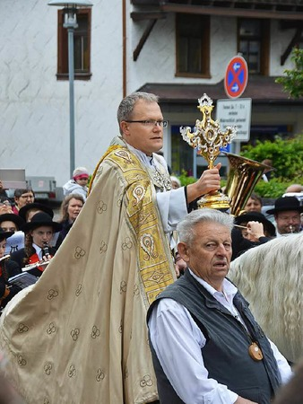 Bernhard Pawelzik spendet Roß und Reitern den Segen.