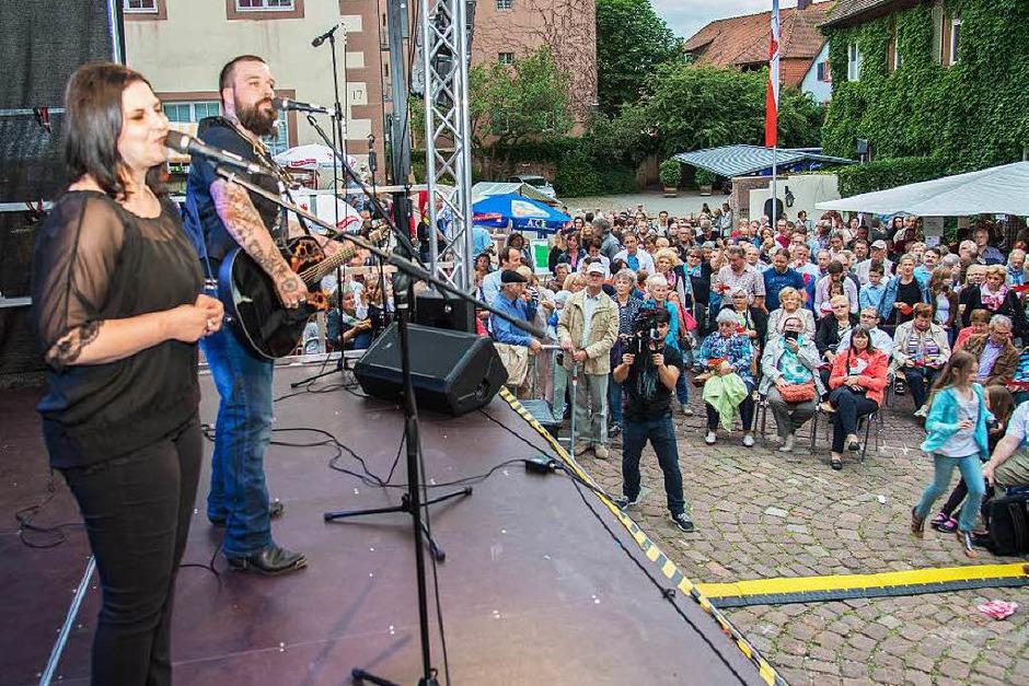 Ive und T. Bo Gawer präsentierten beim Stadtfestfinale eine von SWR-Moderator Hansy Vogt komponierte Hymne auf die Stadt (Foto: Olaf Michel, Olaf Michel (Bilder-Michel.de))
