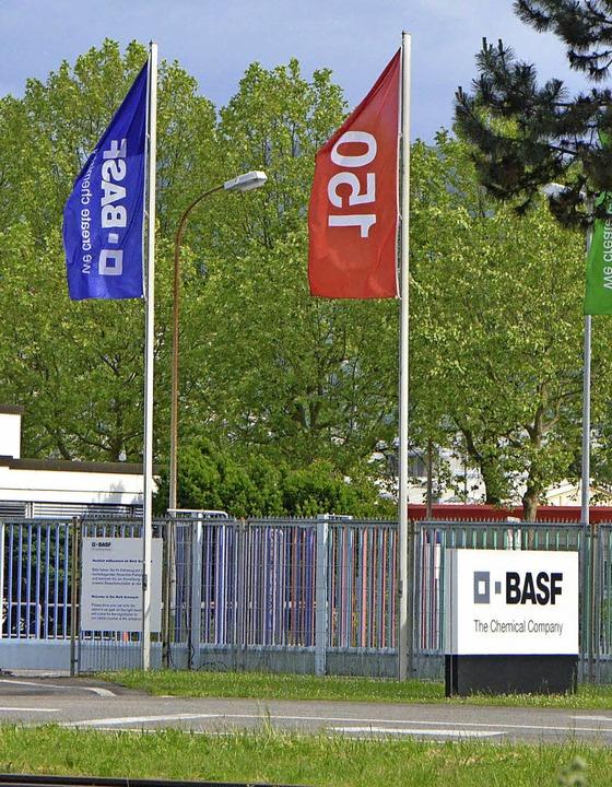 An der Pforte der BASF treffen sich die Protestler.     Foto: R. Dorweiler