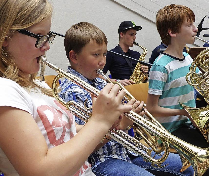 Die Bigband spielt flott auf.  | Foto: Ingrid Arndt