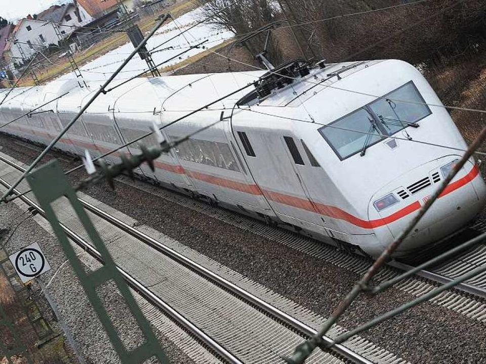 Vorne Gleise, hinten Häuser: Die Rheintalstrecke bei Bad Krozingen.  | Foto: dpa