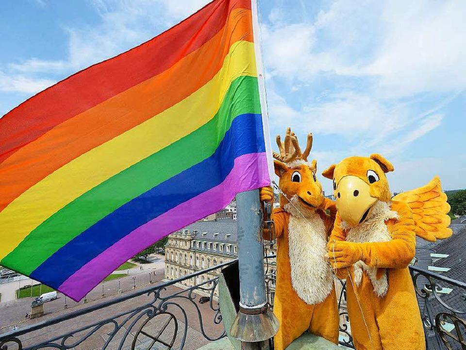 Die Regenbogenfahne der Homosexuellenb...g über dem Neuen Schloss in Stuttgart.    Foto: dpa